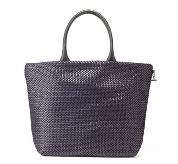 ナオミとカナコの黒いバッグのブランド